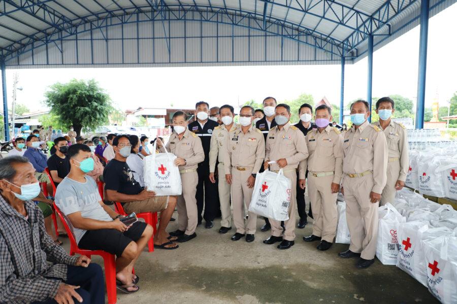 นายสุรเชษ นิ่มกุล นายกองค์การบริหารส่วนจังหวัดอ่างทอง ร่วมเป็นเกียรติมอบถุงยังชีพสภากาชาดไทย ให้กับประชาชนที่ประสบอุทกภัยในตำบลม่วงเตี้ย จำนวน ๑๑๐ ชุด